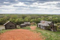Pueblo abandonado en la orilla del río Fotos de archivo libres de regalías