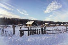 Pueblo abandonado en la puesta del sol, en invierno siberia Rusia Imágenes de archivo libres de regalías