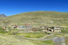 Pueblo abandonado en valle de la montaña Foto de archivo
