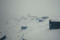 Pueblo abandonado viejo de pastores en las montañas Imagenes de archivo