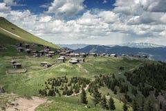 Pueblo abandonado viejo de pastores en las montañas Imagen de archivo