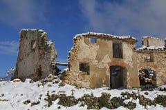 Pueblo abandonded viejo en el invierno Foto de archivo libre de regalías