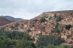 Pueblo antiguo del Berber en las montañas del atlas de Marruecos imagenes de archivo
