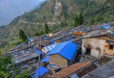 Pueblo antiguo en la colina en Nepal fotografía de archivo libre de regalías