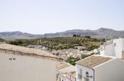 Pueblo blanco en el campo andaluz Foto de archivo libre de regalías