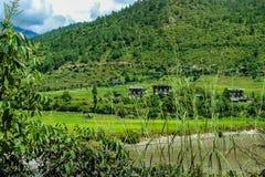 Pueblo butanés cerca del río en Punakha, Bhután Foto de archivo libre de regalías