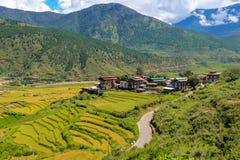 Pueblo butanés y campo colgante en Punakha, Bhután Imagenes de archivo