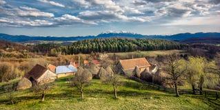 Pueblo cárpato en la montaña de Transilvania, Rumania fotos de archivo
