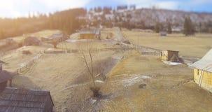 Pueblo cárpato en montañas 4K 30fps almacen de video