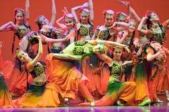 Pueblo chino de la danza popular fotos de archivo