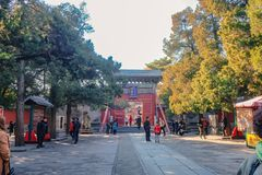 Pueblo chino o turista Unacquainted que camina en parque del palacio de verano en Pekín la capital de China fotografía de archivo libre de regalías