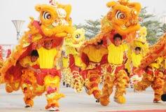 Pueblo chino que juega danza del león Foto de archivo libre de regalías