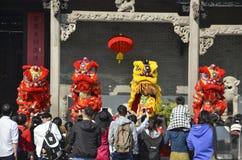 Pueblo chino que juega danza del león Imágenes de archivo libres de regalías