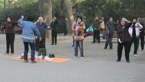 Pueblo chino que practica a Tai Chi almacen de metraje de vídeo