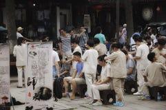 Pueblo chino que recibe masajes
