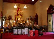 Pueblo chino tailandés que ruega Imagen de archivo