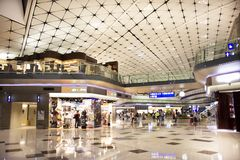 Pueblo chino y viajeros del extranjero que caminan en el terminal 2 de Hong Kong International Airport imagen de archivo libre de regalías