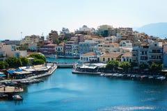 Pueblo colorido de los pescadores Opinión sobre el puerto marítimo viejo de Agios Nikolaos de la ciudad el día soleado Visión des foto de archivo libre de regalías