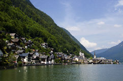 Pueblo colorido en el pie de las montañas Austria de las montañas Imagen de archivo