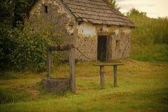Pueblo con el edificio abandonado Fotos de archivo libres de regalías