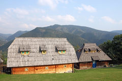 Pueblo con las casas de madera en la montaña Fotografía de archivo libre de regalías