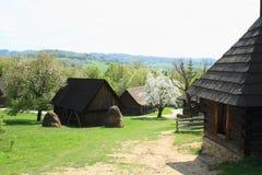 Pueblo con las casas enmaderadas con los tejados de las tablas foto de archivo