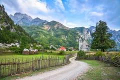 Pueblo con una iglesia antigua en las montañas foto de archivo libre de regalías