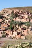 Pueblo conservador tradicional en montañas de atlas, Moro del berber foto de archivo