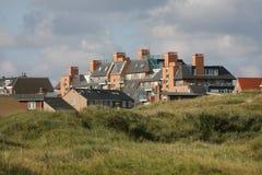 Pueblo costero Egmond Zee aan Países Bajos, kustdor de las dunas de Duinen fotos de archivo