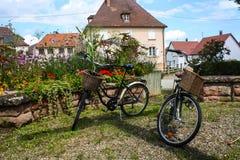 Pueblo de Alsacia en la manera al camino del vino Imagenes de archivo
