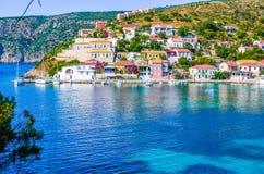 Pueblo de Assos en ensenada azul hermosa en Kefalonia, Grecia Fotografía de archivo