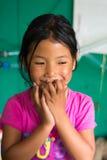 Pueblo de Bagarchhap, Nepal - 24to de abril de 2015 - muchacha nepalesa no identificada en Nepal, viaje del circuito de Annapurna Imagen de archivo
