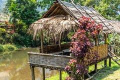 Pueblo de bambú Laos del río de la choza foto de archivo libre de regalías
