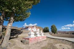 Pueblo de Banghe en el municipio de Daocheng Foto de archivo