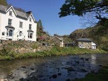 Pueblo de Beddgelert en Snowdonia, con el río Colwyn imagen de archivo libre de regalías