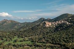 Pueblo de Belgodere en la región de Balagne de Córcega fotografía de archivo