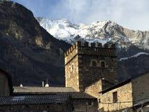 Pueblo de Benasque con la montaña nevosa en el fondo fotografía de archivo