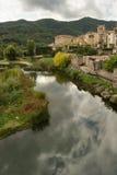 Pueblo de Besalu y río de Fluvia Imagen de archivo