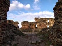 Pueblo de Besiekiery y polaco de las ruinas del castillo Imágenes de archivo libres de regalías