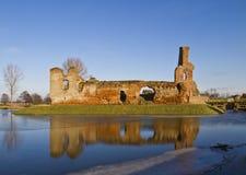 Pueblo de Besiekiery y polaco de las ruinas del castillo Imagen de archivo