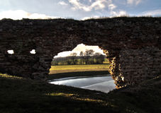 Pueblo de Besiekiery y polaco de las ruinas del castillo Foto de archivo