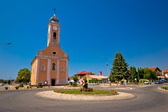 Pueblo de Bilje cerca del cuadrado de Osijek y de la opinión de la iglesia fotos de archivo
