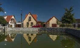 Pueblo de Branisov con la charca y las casas imagen de archivo libre de regalías