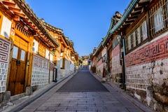 Pueblo de Bukchon Hanok, arquitectura coreana tradicional del estilo en S Foto de archivo
