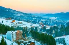 Pueblo de Cárpatos del invierno Bukovel, Ucrania Fotos de archivo