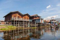 Pueblo de casas peraltadas en el lago Inle Foto de archivo libre de regalías