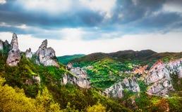Pueblo de Castelmezzano en Apennines Dolomiti Lucane Basilicata, foto de archivo