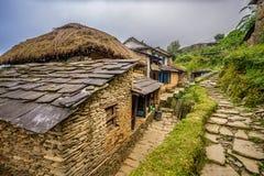 Pueblo de Dhampus en las montañas de Himalaya en Nepal Fotos de archivo