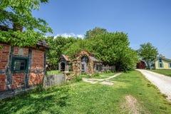 Pueblo de edificios vueltos a poner y restaurados y de otros artefactos Fotografía de archivo