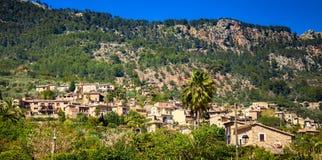 Pueblo de Fornalutx en las montañas Sierra de Tramuntana fotos de archivo libres de regalías